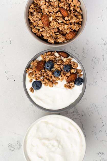 シリアルとブルーベリーの朝食ヨーグルトのトップビュー 無料写真