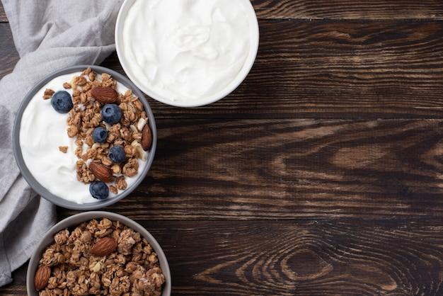 ヨーグルトとブルーベリーの朝食用シリアルの平面図 無料写真