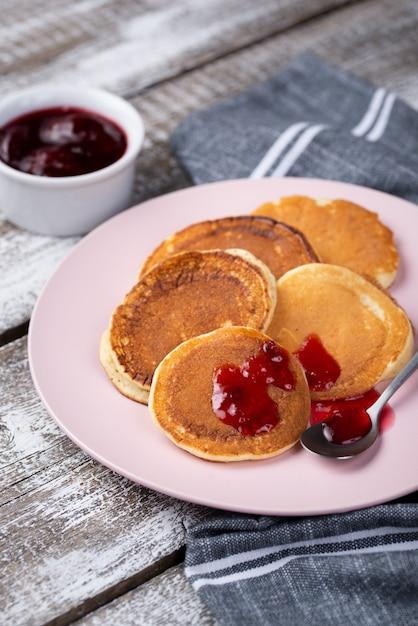 Блины на тарелке на завтрак с вареньем и ложкой Бесплатные Фотографии