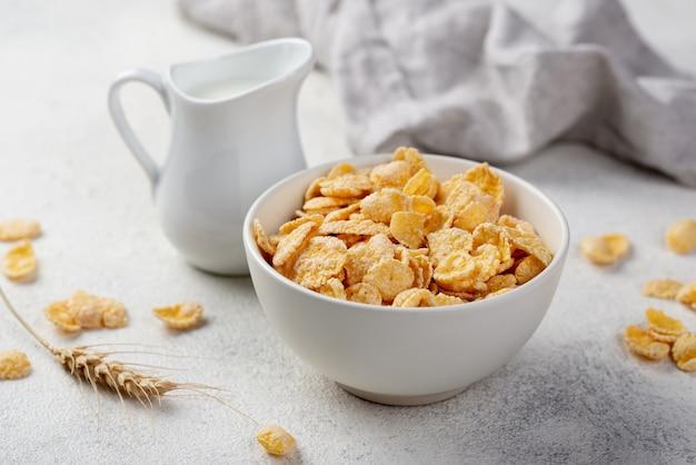 牛乳と小麦のボウルにコーンフレークの朝食の高角 無料写真