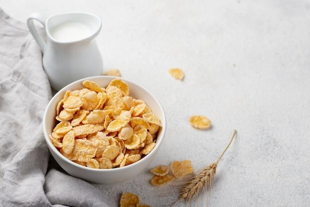 コーンフレークの朝食、牛乳とコピースペースの高角 無料写真
