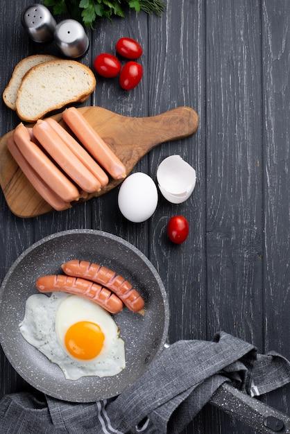 朝食に卵とソーセージとパンのトップビュー 無料写真