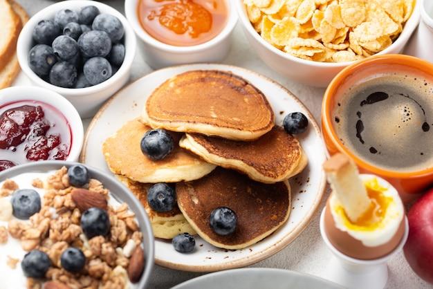 ブルーベリーとシリアルの朝食のパンケーキの高角 無料写真