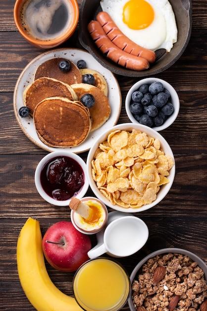 ミルクとオレンジジュースの朝食用食品の品揃えのトップビュー 無料写真