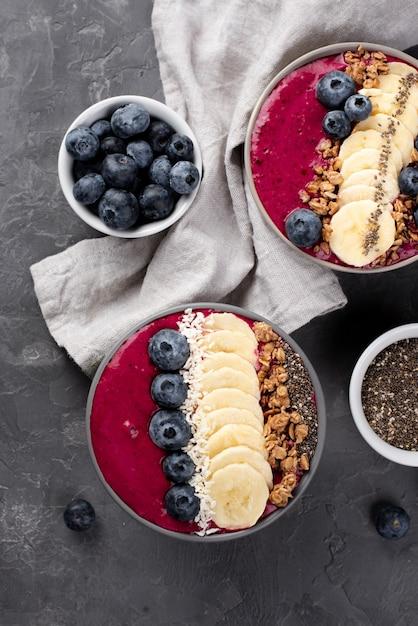 シリアルとブルーベリーの朝食デザートのトップビュー 無料写真