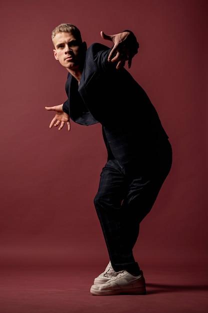 Вид спереди мужской исполнитель позирует и танцы Бесплатные Фотографии