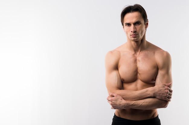 コピースペースで上半身裸のポーズ運動男の正面図 無料写真