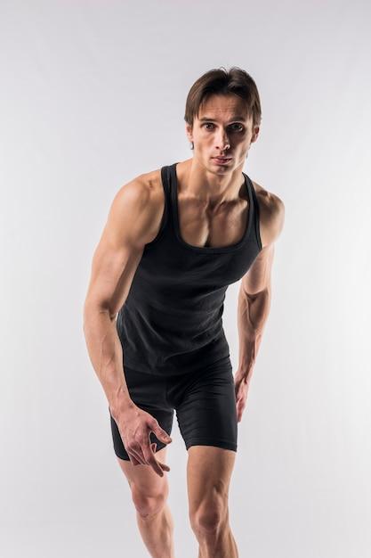 ボディースーツのポーズで運動男の正面図 無料写真