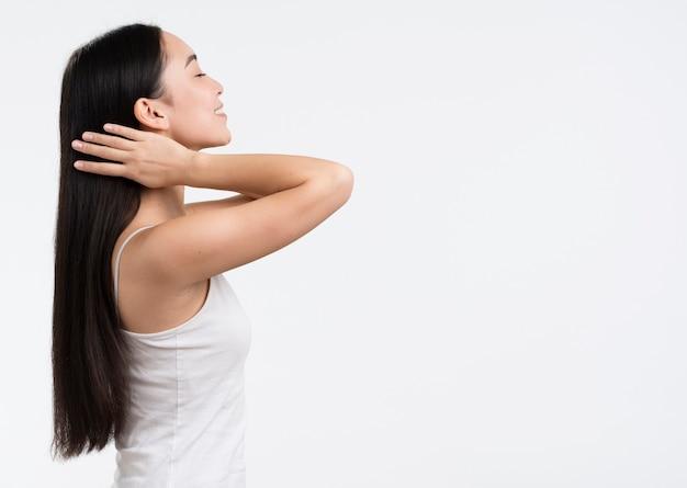 彼女の髪を気遣うサイドビュー女性 無料写真