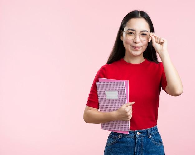 メガネと本のコピースペース女性 無料写真
