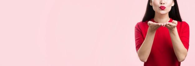 Макро женщина с красными губами дует поцелуй Бесплатные Фотографии
