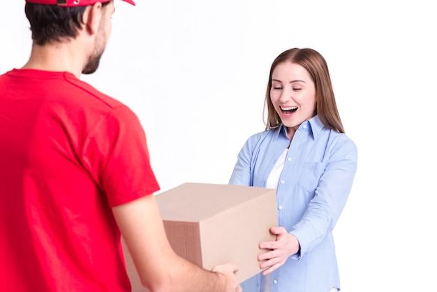 パッケージを受け取るオンライン配達の満足したクライアント 無料写真