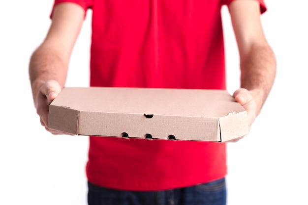 Мужчина крупным планом показывает коробку пиццы Бесплатные Фотографии