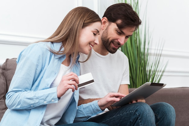 オンライン製品を購入しようとしているかわいいカップル 無料写真