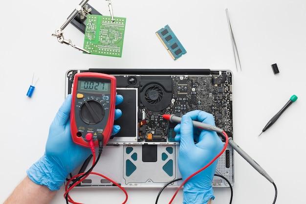 Вид сверху человек ремонтирует ноутбук Бесплатные Фотографии