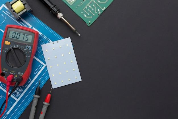 マルチメータ付きのクローズアップ回路基板 無料写真
