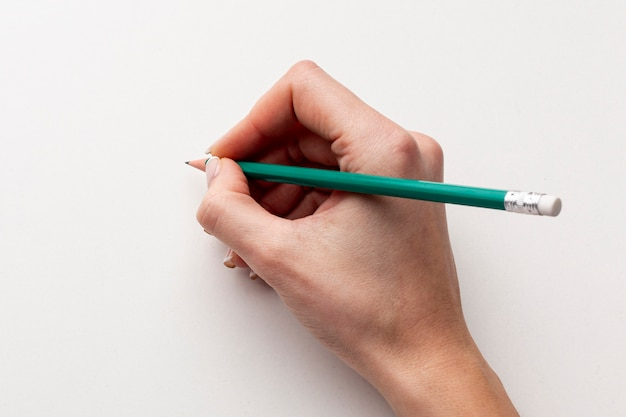 Крупным планом рука держит карандаш Бесплатные Фотографии