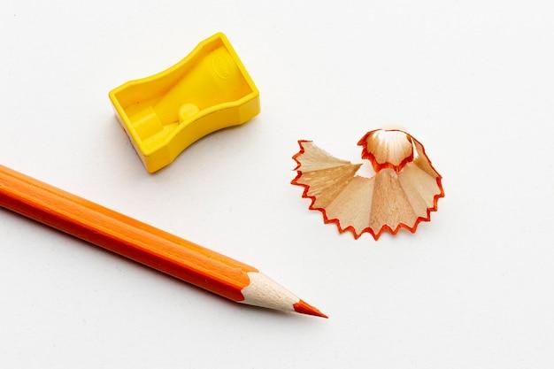 鉛筆削りでオレンジ色の鉛筆のトップビュー 無料写真