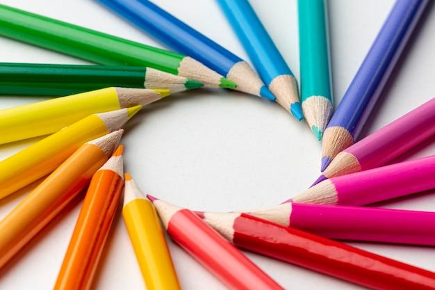 カラフルな鉛筆の配置のクローズアップビュー 無料写真