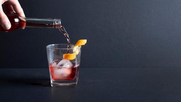グラスに注ぐクローズアップアルコール 無料写真