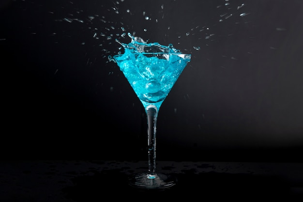 クローズアップおいしいアルコール飲料を提供する準備ができて 無料写真