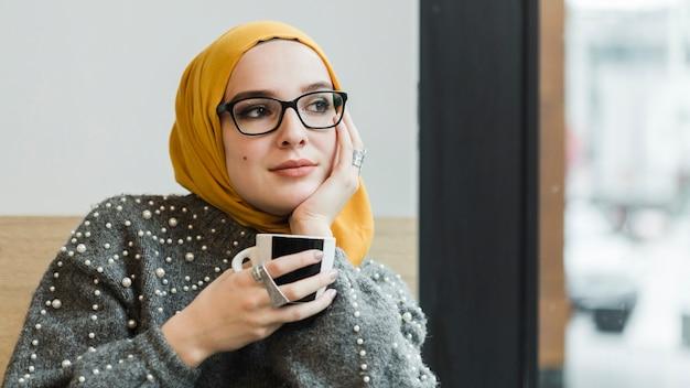 Довольно мусульманская молодая женщина, глядя в сторону Бесплатные Фотографии