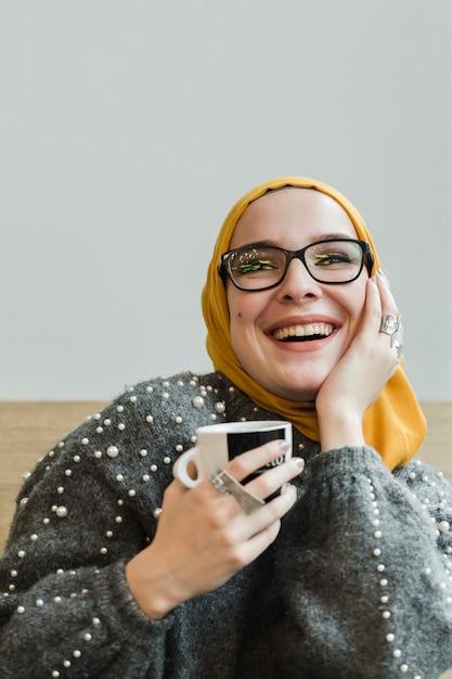 Портрет молодой мусульманки смеется Бесплатные Фотографии