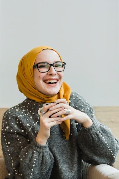 笑っている魅力的な若い女性 無料写真
