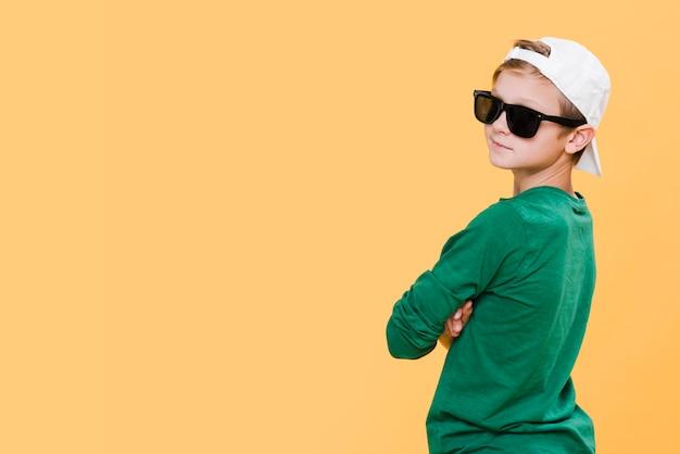 Средний снимок мальчика с очками и копией пространства Бесплатные Фотографии