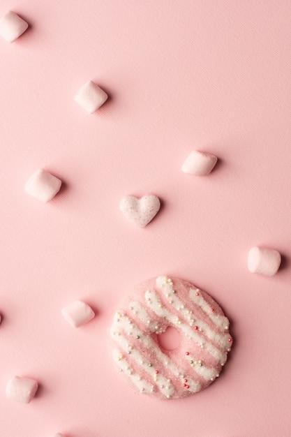 Вид сверху глазированный пончик с зефиром Бесплатные Фотографии