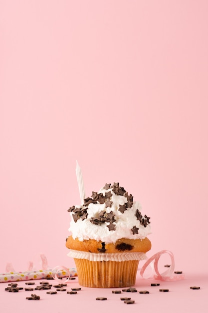 アイシングとキャンドルのカップケーキの正面図 無料写真