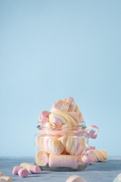 マシュマロで満たされた透明な瓶の正面図 無料写真