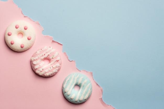 コピースペースで艶をかけられたドーナツの品揃えのフラットレイアウト 無料写真