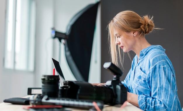 Боком фотограф женщина работает на скамейке Бесплатные Фотографии