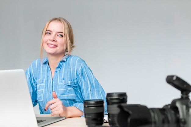 Мечтательный фотограф женщина работает на своем ноутбуке Бесплатные Фотографии