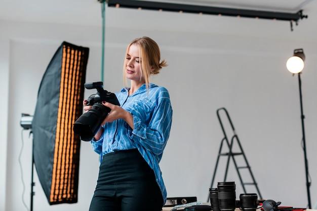 Женщина готовит студию к съемкам Бесплатные Фотографии