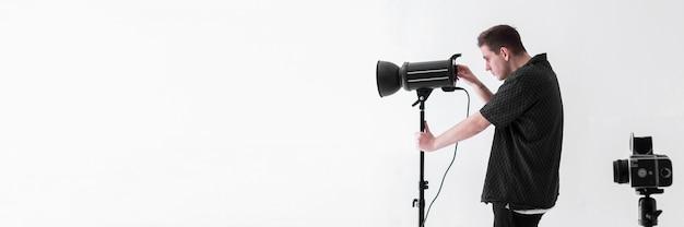 Длинный выстрел человека с камерами и копией пространства Бесплатные Фотографии