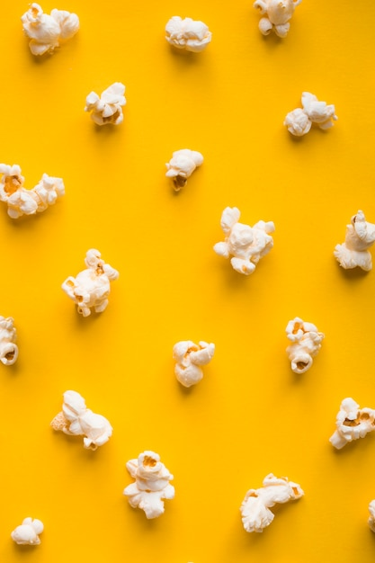 Вид сверху попкорн на желтом фоне Бесплатные Фотографии