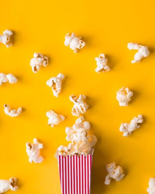 Плоское ковш для попкорна на желтом фоне Бесплатные Фотографии