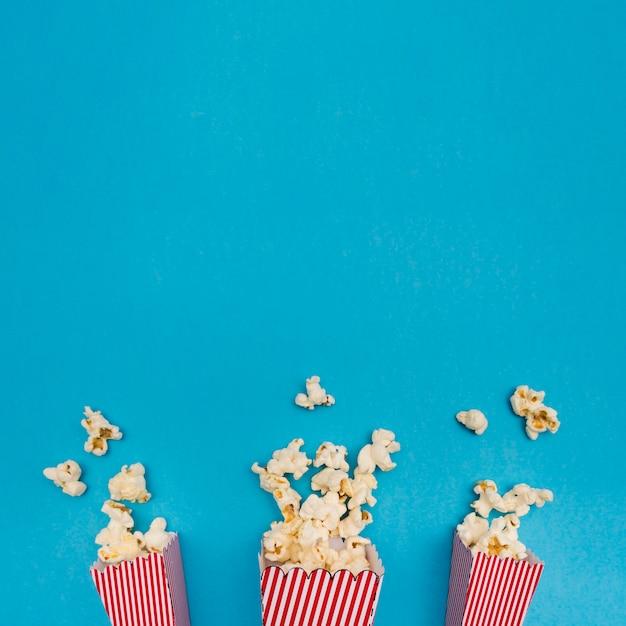 Попкорн композиция на синем фоне с копией пространства Бесплатные Фотографии