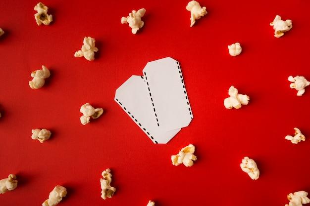 赤の背景にトップビュー映画構成 無料写真
