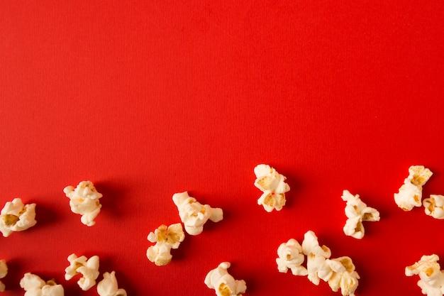 Плоский лежал попкорн ассортимент на красном фоне с копией пространства Бесплатные Фотографии