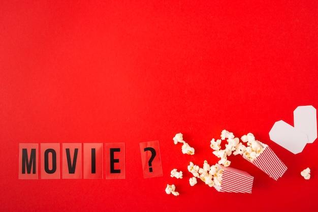 赤の背景にコピースペースで映画のレタリング 無料写真