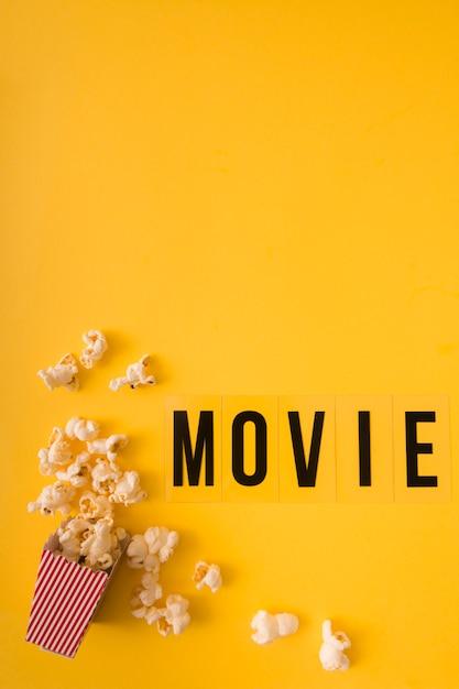 コピースペースと黄色の背景にトップビュー映画レタリング 無料写真