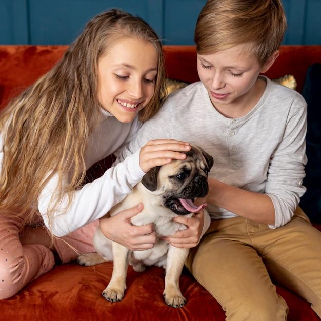 Братья и сестры проводят время вместе со своей собакой Бесплатные Фотографии
