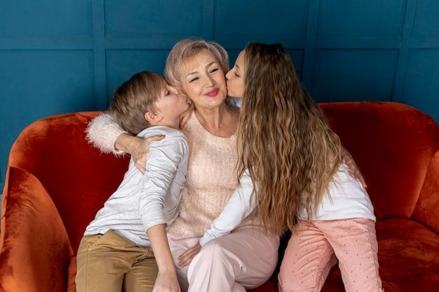 Вид спереди братьев и сестер, проводить время вместе со своей бабушкой Бесплатные Фотографии