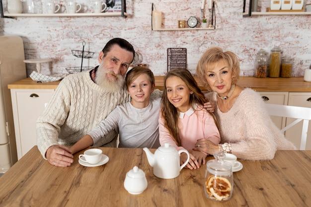 祖父母が孫と家で過ごす時間 無料写真