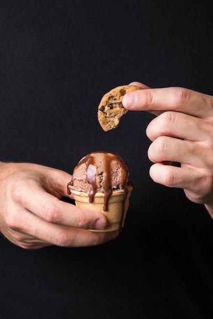 Рука вкусное мороженое с печеньем Бесплатные Фотографии