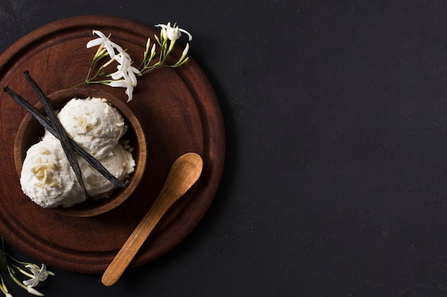 Вид сверху совки домашнего мороженого на столе Бесплатные Фотографии