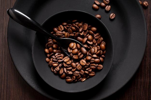 スプーンでボウルにコーヒー豆の焙煎 無料写真